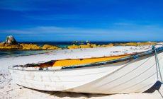 Loď na pláži v Tasmánii