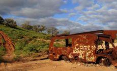 Vrak auta v australské divočině